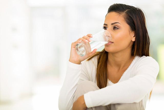 Wasser trinken hält fit und gesund im Büro-Alltag