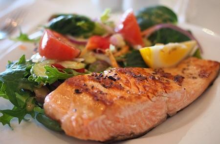 ketogene Diät mit Lachs und Gemüse