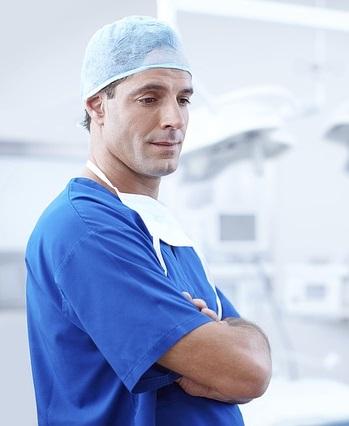 Arzt untersucht bei Rückenschmerzen auf Bandscheibenvorfall