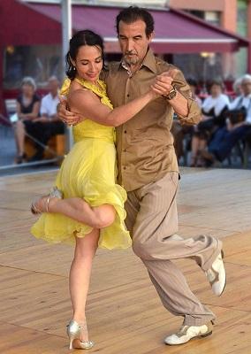 Bewegungen wie Tanzen hilft gegen Rückenschmerzen