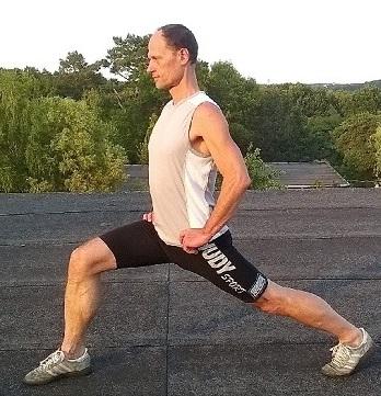 Rückenübung Ausfallschritt gegen Rückenschmerzen unterer Rücken rechts