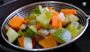 Gesunde Ernährung mit viel Gemüse hilft gegen Rückenschmerzen