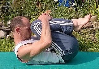 Päckenhaltung und Rückenschaukel bei Schmerzen im unteren Rücken