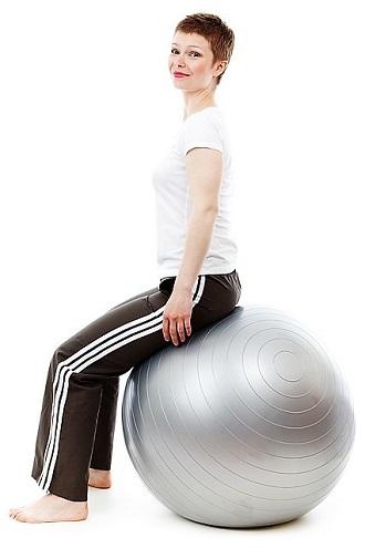 Rückenschmerzen unten links verbessern mit Sitzball