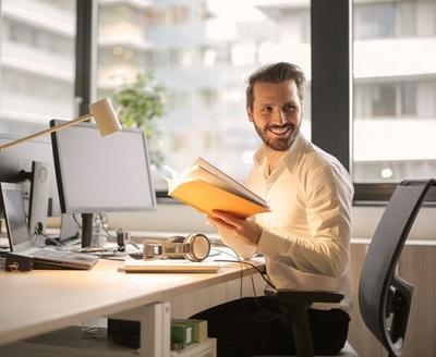 Yoga für den Rücken hilft gegen Rückenschmerzen im Büro