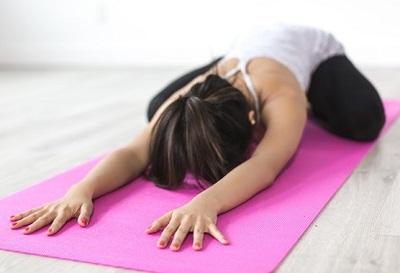 Yoga-Übung entspannt den unteren Rücken